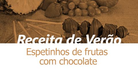 Espetinhos de frutas com chocolate